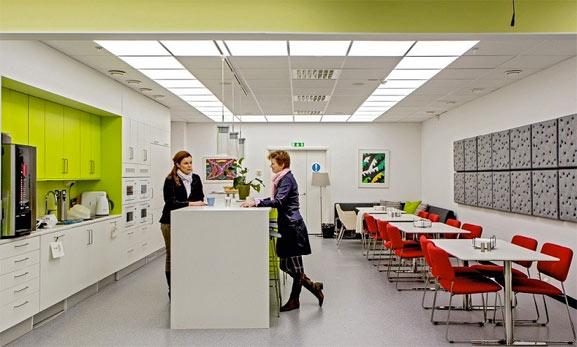 Iluminación en la oficina para mejorar la calidad del trabajo y el ambiente laboral